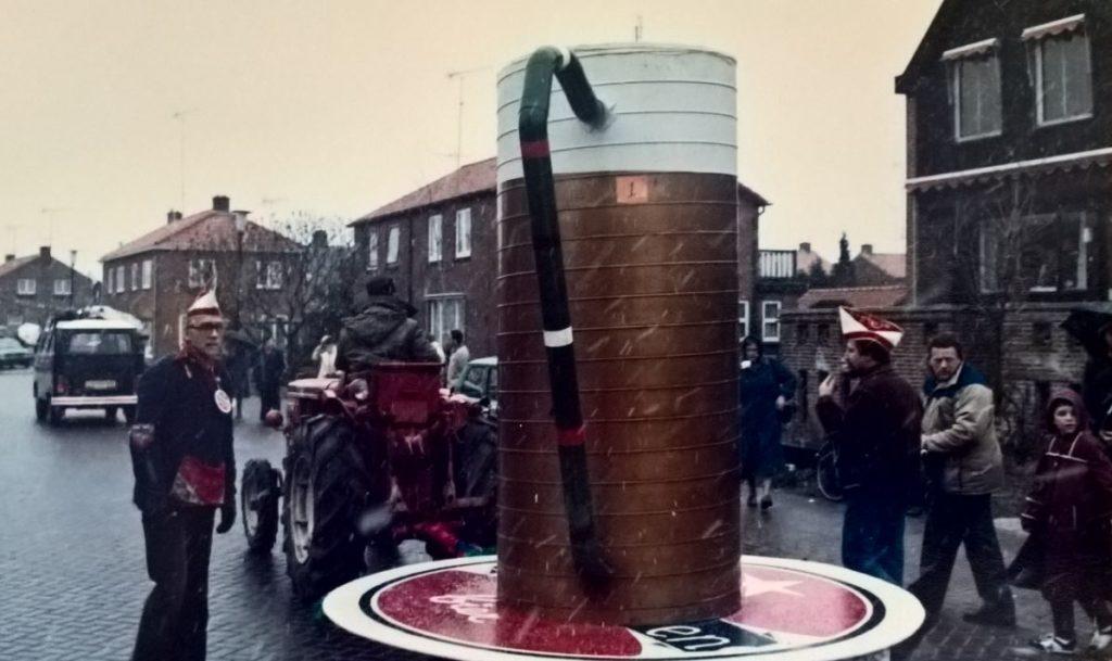 Bierpul optocht Rijnpinter begin jaren 1980 (foto: A. Uppelschoten/N. van Kesteren)