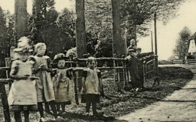 Ansichtkaart van Zeisterweg of Beugsteeg bij de kerk (1915)
